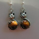 SITTING CAT EARRINGS WITH TIGER EYE